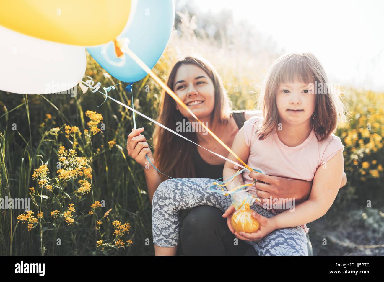 La imagen de la madre y del niño con necesidades especiales Imagen De Stock