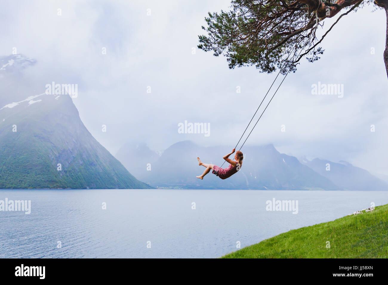 Chica romántica en el columpio, dulces sueños, daydream concepto antecedentes Imagen De Stock