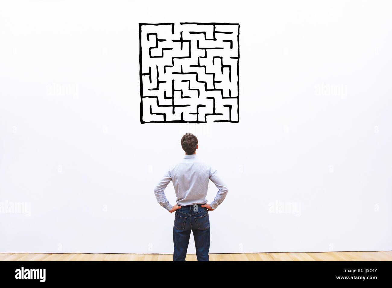 Hombre de negocios busca en laberinto dibujo complicado, difícil concepto de la solución Imagen De Stock