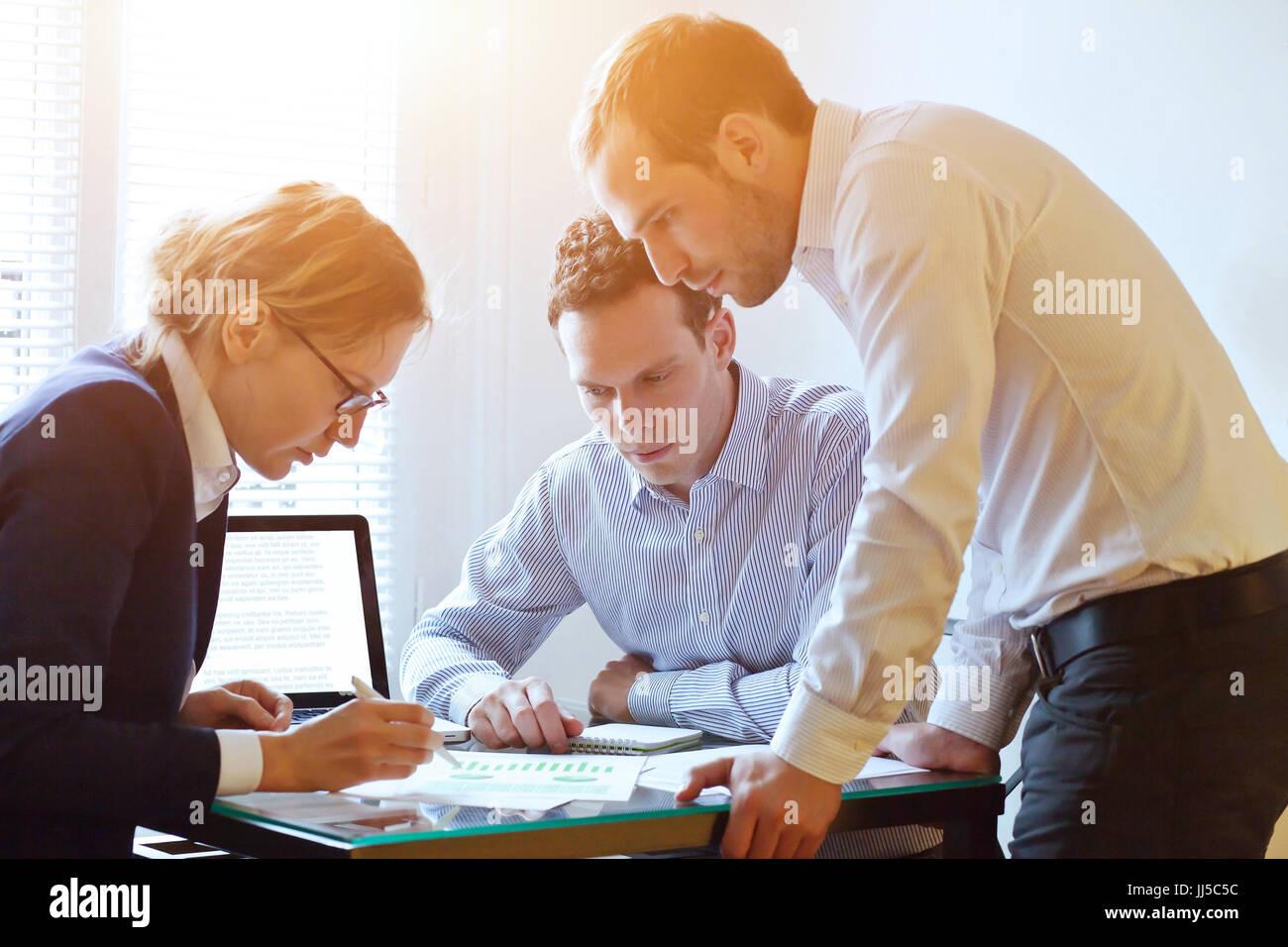 Concepto de trabajo en equipo, lluvia de ideas de negocios, trabajo en equipo en un proyecto, ocupado pueblo caucasiano Imagen De Stock