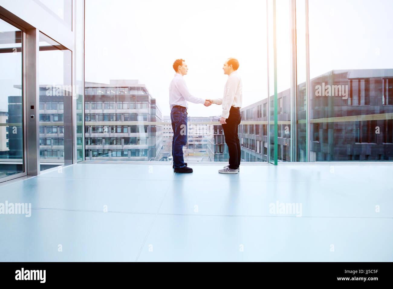Concepto de cooperación empresarial, colaboración, dos personas de negocios un apretón de manos en Imagen De Stock