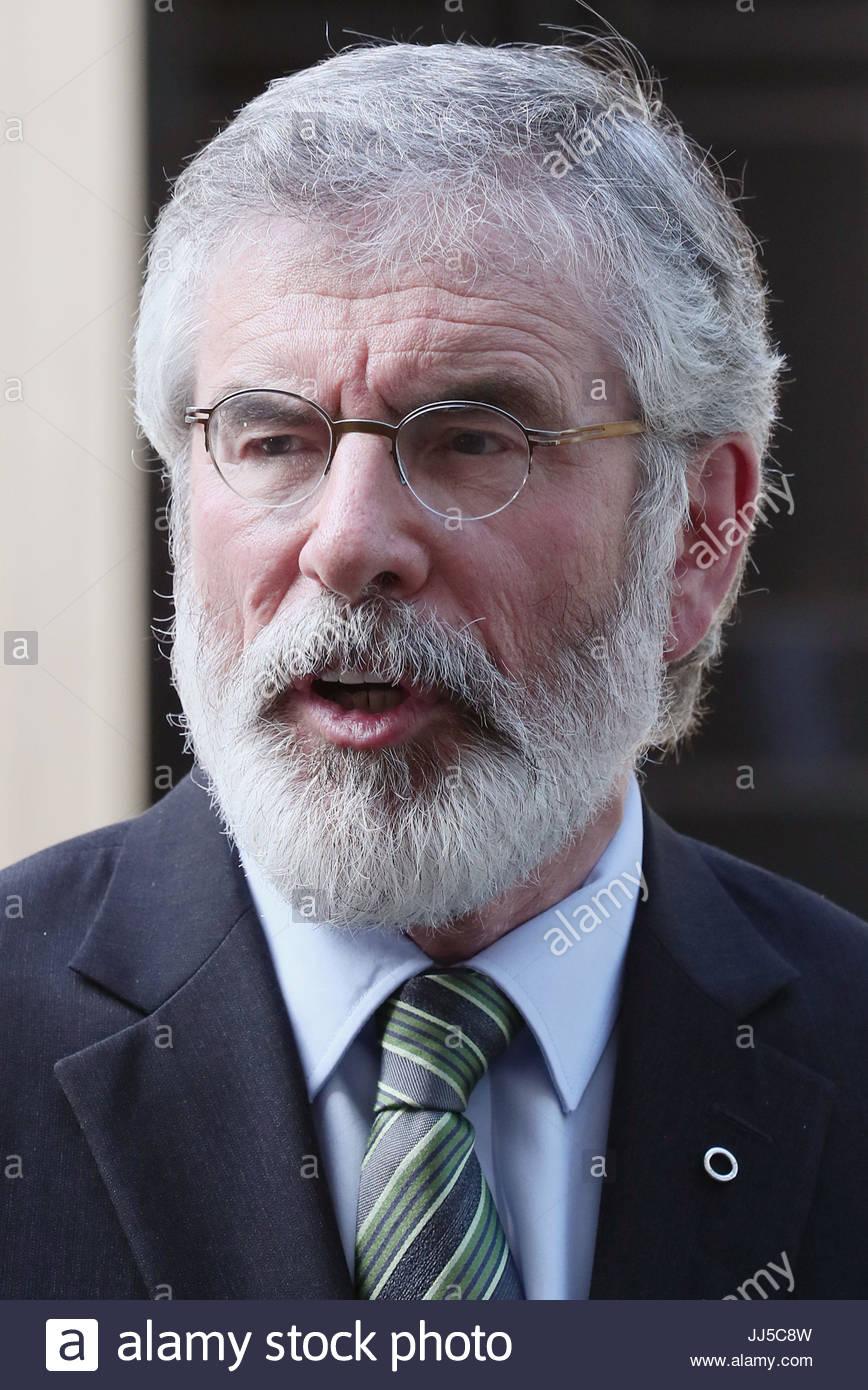 Foto de archivo de fecha 15/06/17 El líder del Sinn Fein Gerry Adams, quien ha lanzado una oferta legal de volcar Foto de stock