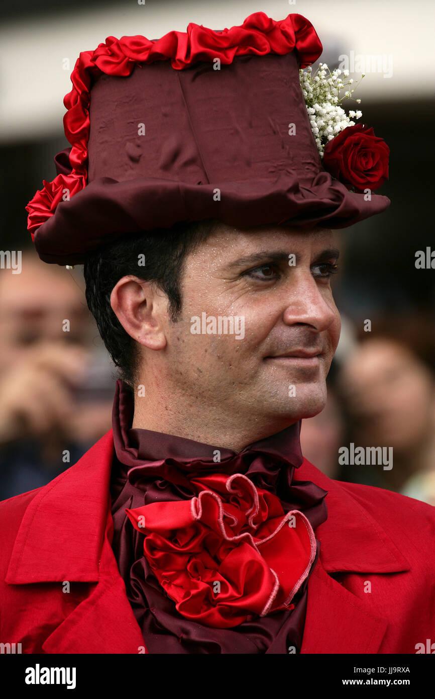 Un hombre en un sombrero florido en el Desfile del Festival de flores de Madeira, Funchal, Madeira, Portugal Imagen De Stock