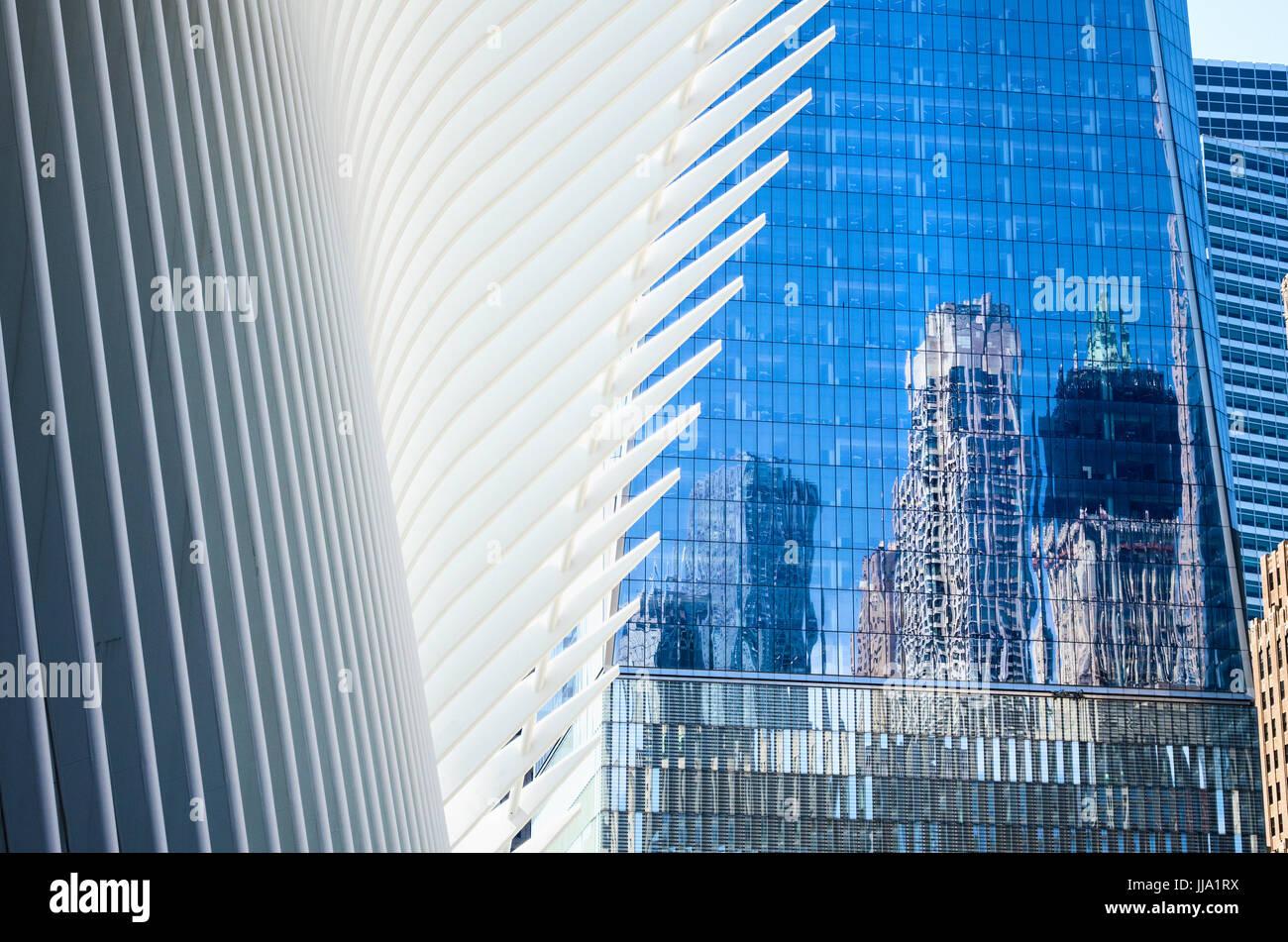 El distrito financiero de Nueva York con el World Trade Center, Oculus, reflexiones Foto de stock