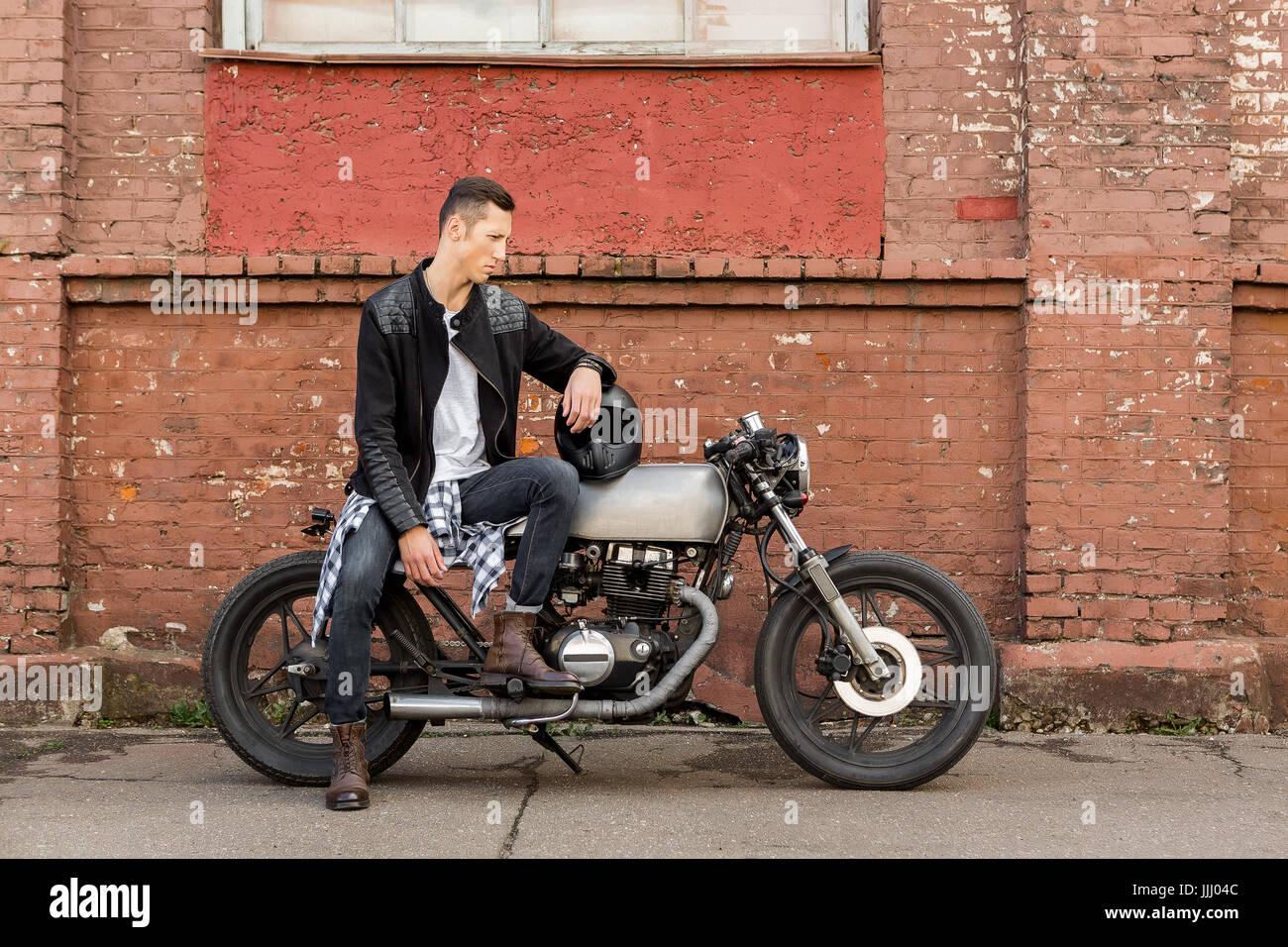 Guapo rider biker chico de la chaqueta de cuero negro, botas