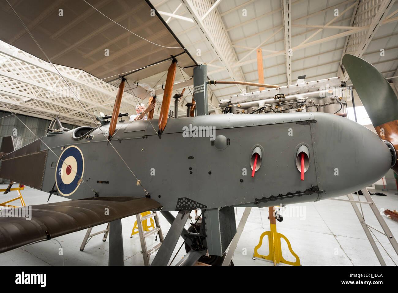 Duxford Cambridgeshire, Reino Unido. Julio 20, 2017. Una rara Primera Guerra Mundial, De Havilland DH9 bombardero ha sido completamente restaurada y ahora está siendo montada para la visualización y el vuelo en el Museo Imperial de la guerra. El avión es de 100 años de antigüedad, se monta en un colgador de la WW1 en el centenario del Museo Imperial de la guerra. El avión es el único en el Reino Unido y ha sido restaurada después de ser encontrado en un elefante estable en el Palacio de Bikaner, Rajasthan, India. Crédito: Julian Eales/Alamy Live News Foto de stock