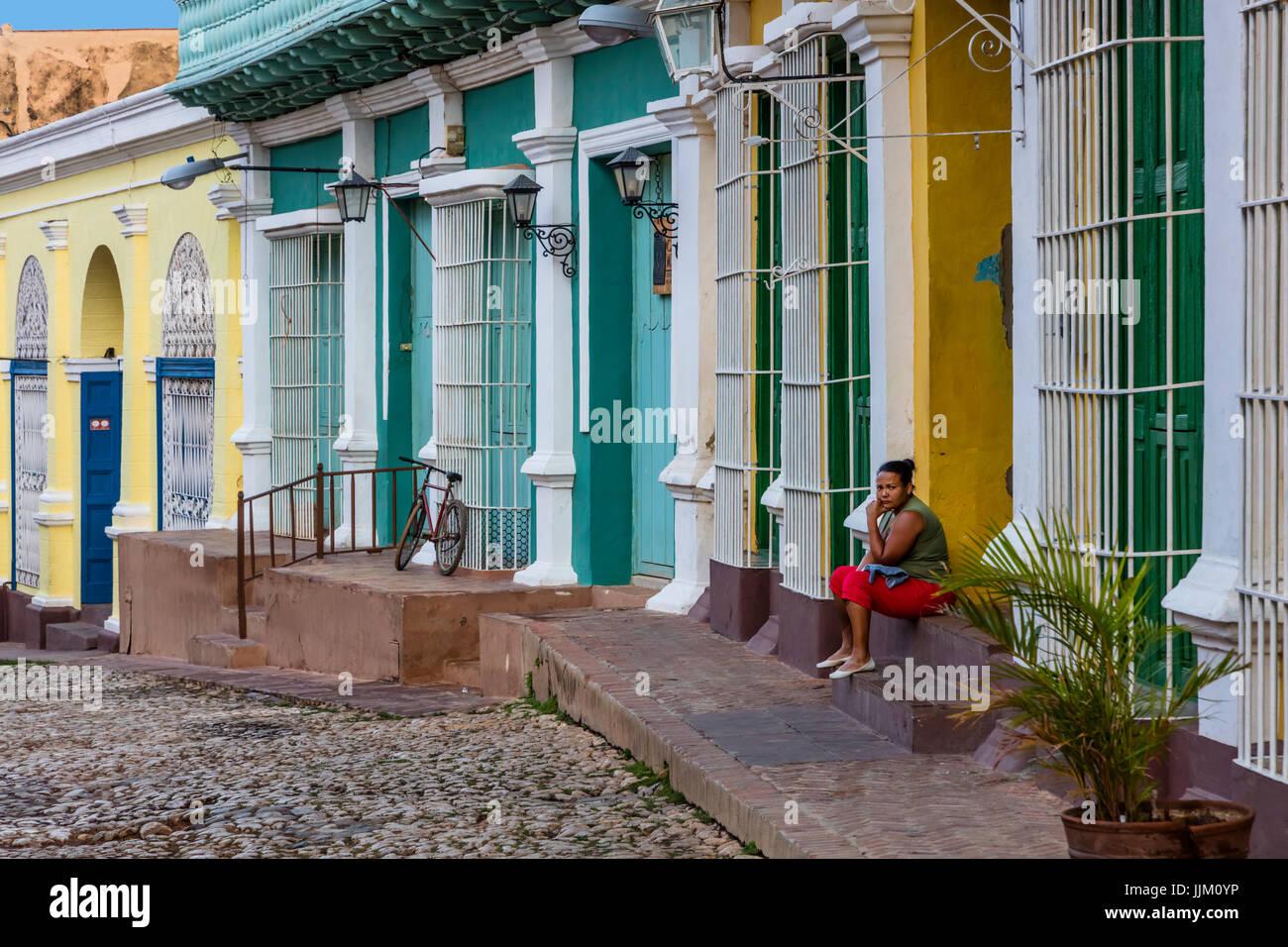 Las calles adoquinadas, trabajo del hierro forjado y coloridas casas de Trinidad, Cuba Imagen De Stock