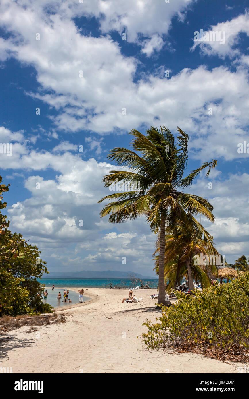 La isla tropical de Cayo Iguana llegar en barco desde Playa Ancón es un destino turístico - TRINIDAD, Imagen De Stock