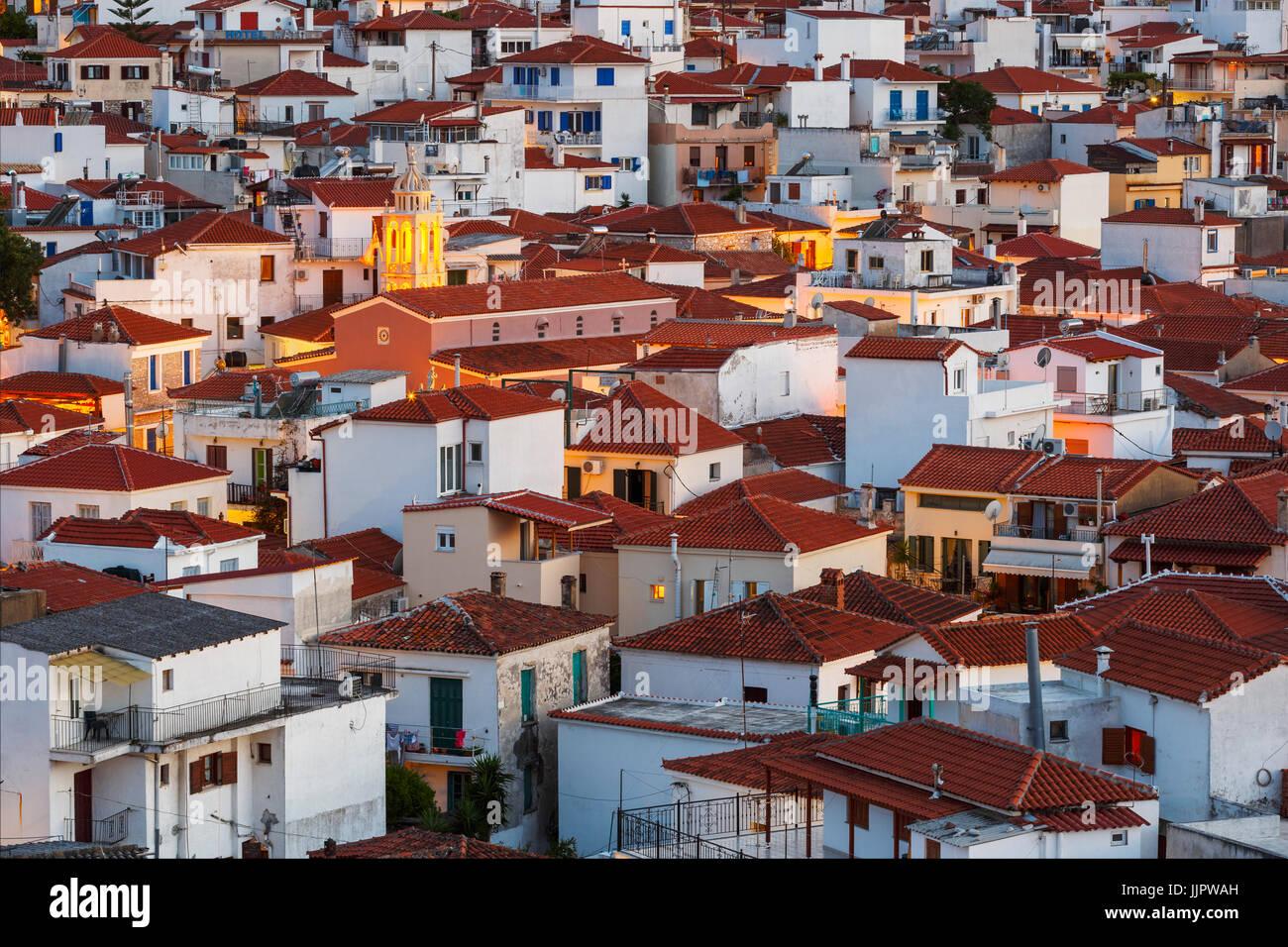 Vista de noche de la ciudad de Skiathos en Grecia, Espóradas. Imagen De Stock