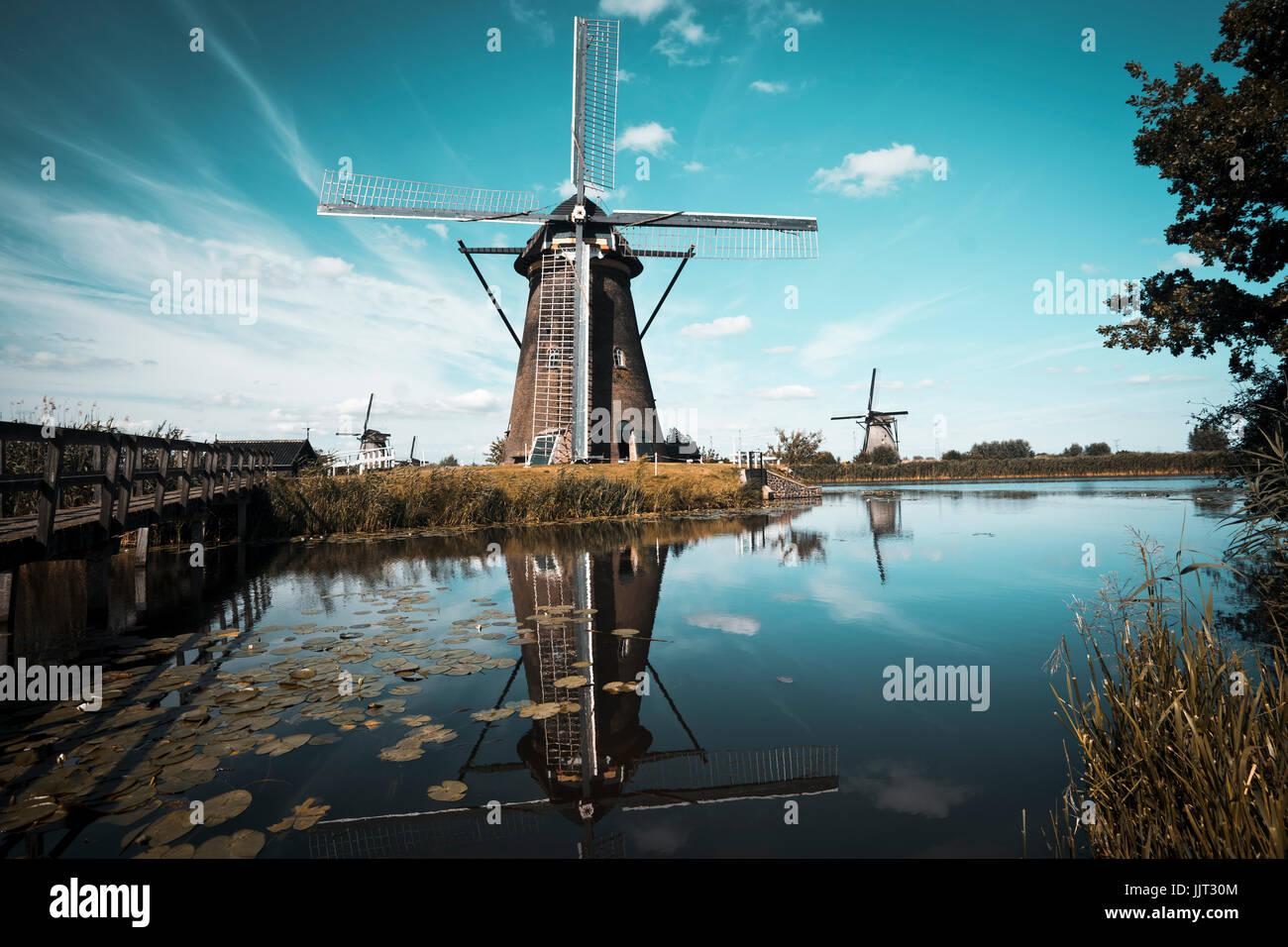 Kinderdijk paisaje con el típico de 19 molinos de viento Imagen De Stock