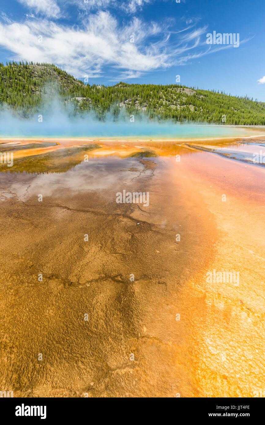 Los vívidos colores del arco iris de la Grand Prismatic Spring, en el Parque Nacional Yellowstone, Wyoming Foto de stock