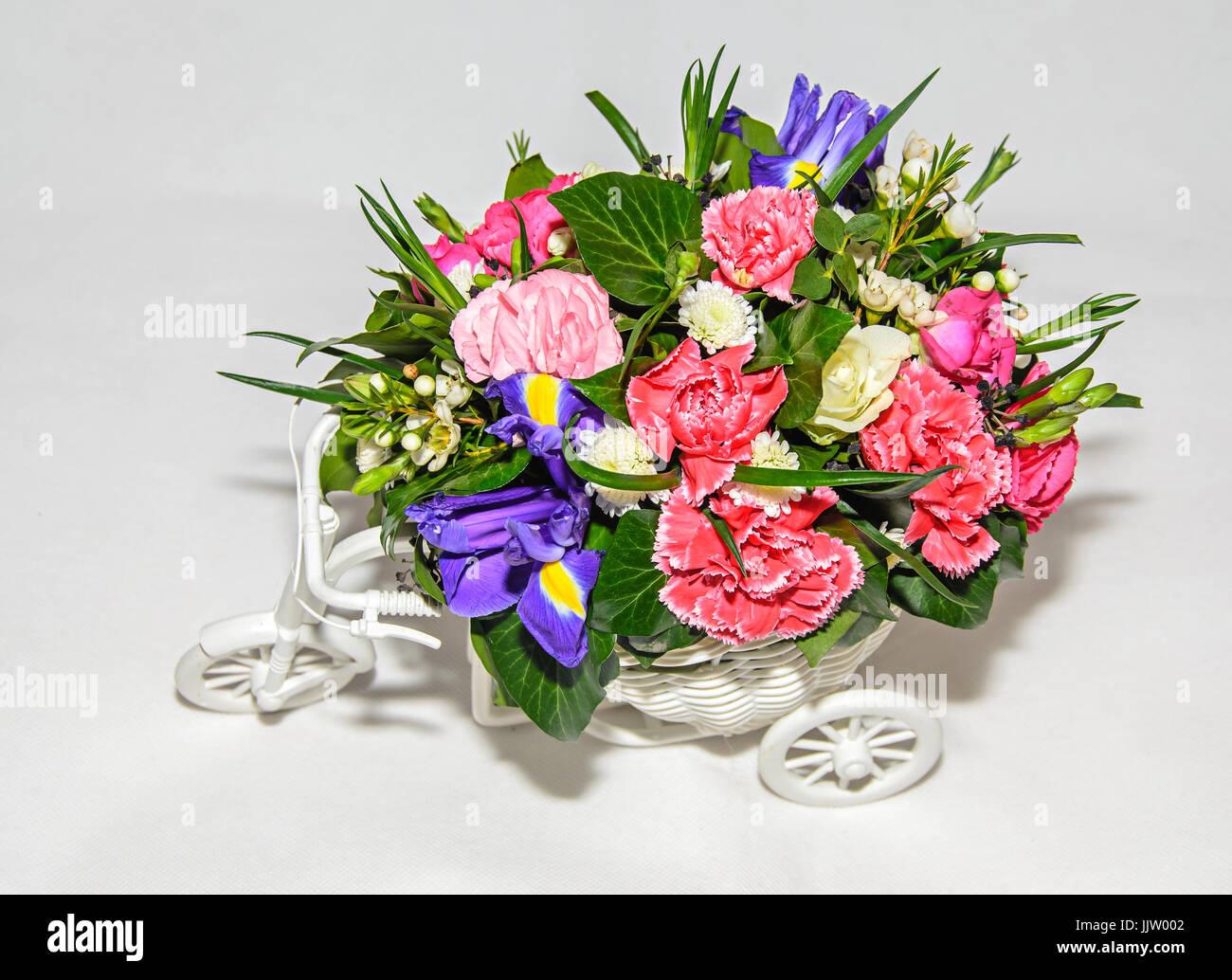 Arreglo Floral Con Bicicleta Blanca Y Flores De Colores