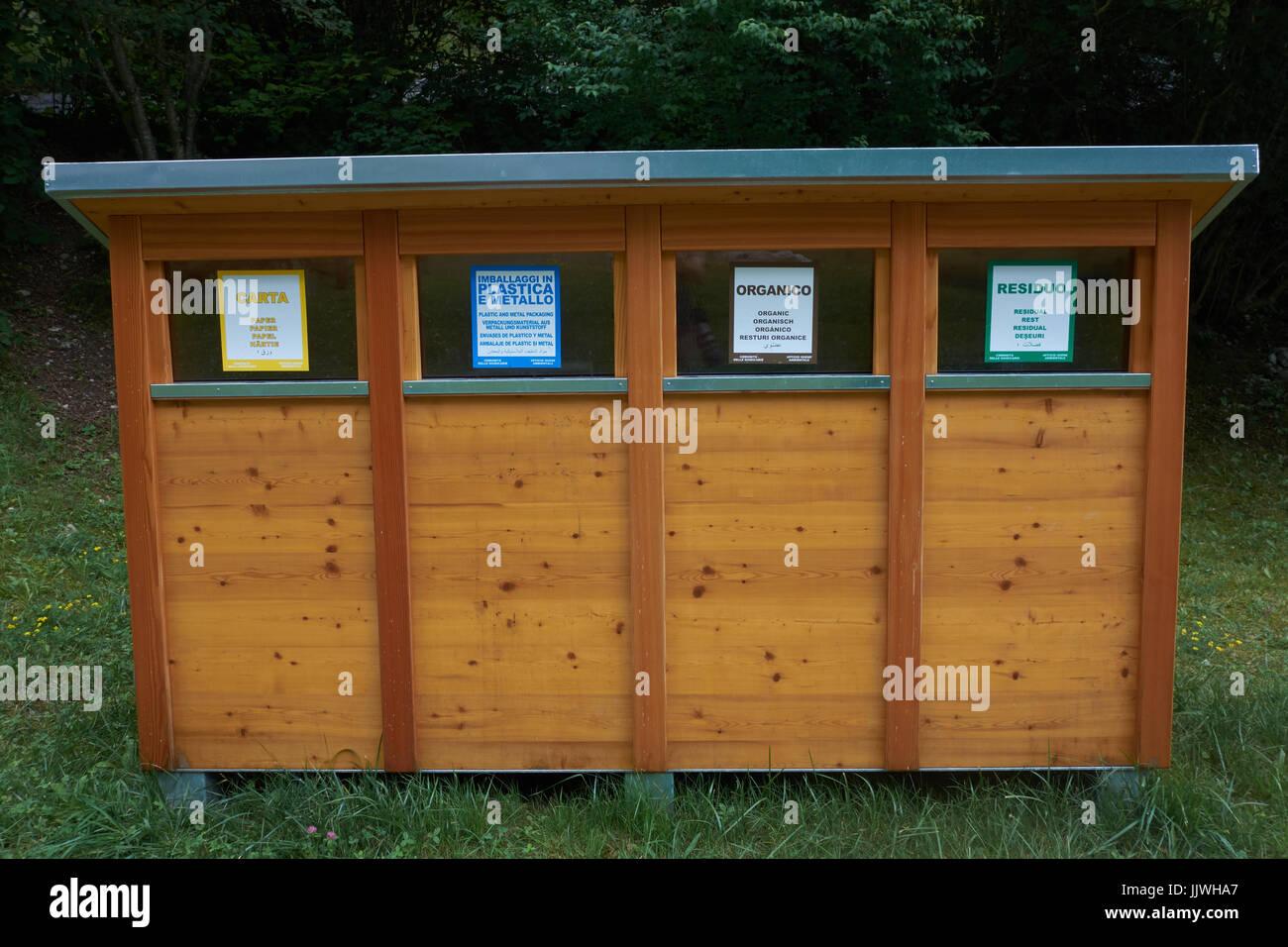 Contenedores de reciclaje de madera en lago nembia el norte de italia foto imagen de stock - Reciclaje de la madera ...