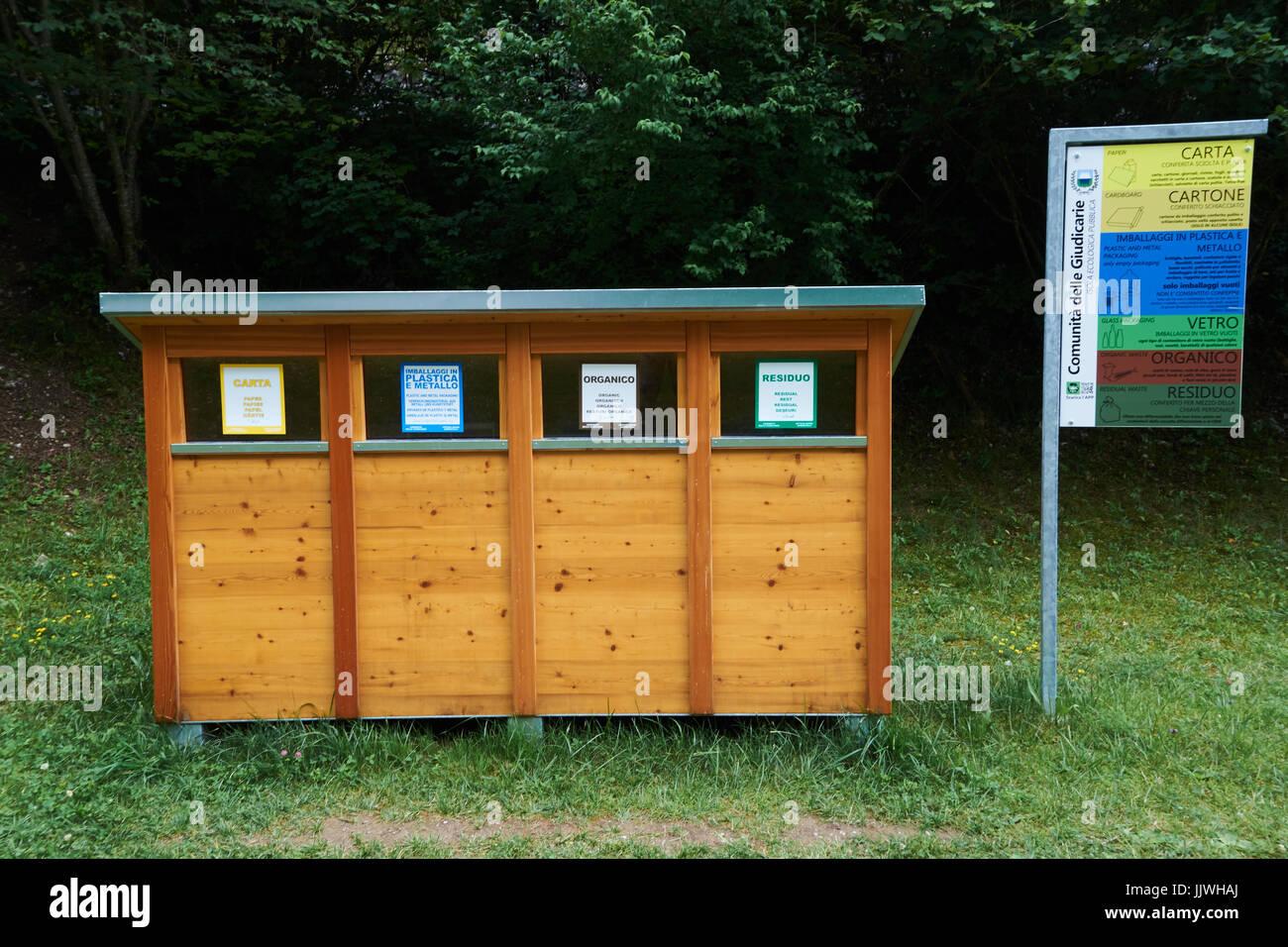 Contenedores de reciclaje de madera en lago nembia el - Reciclaje de la madera ...