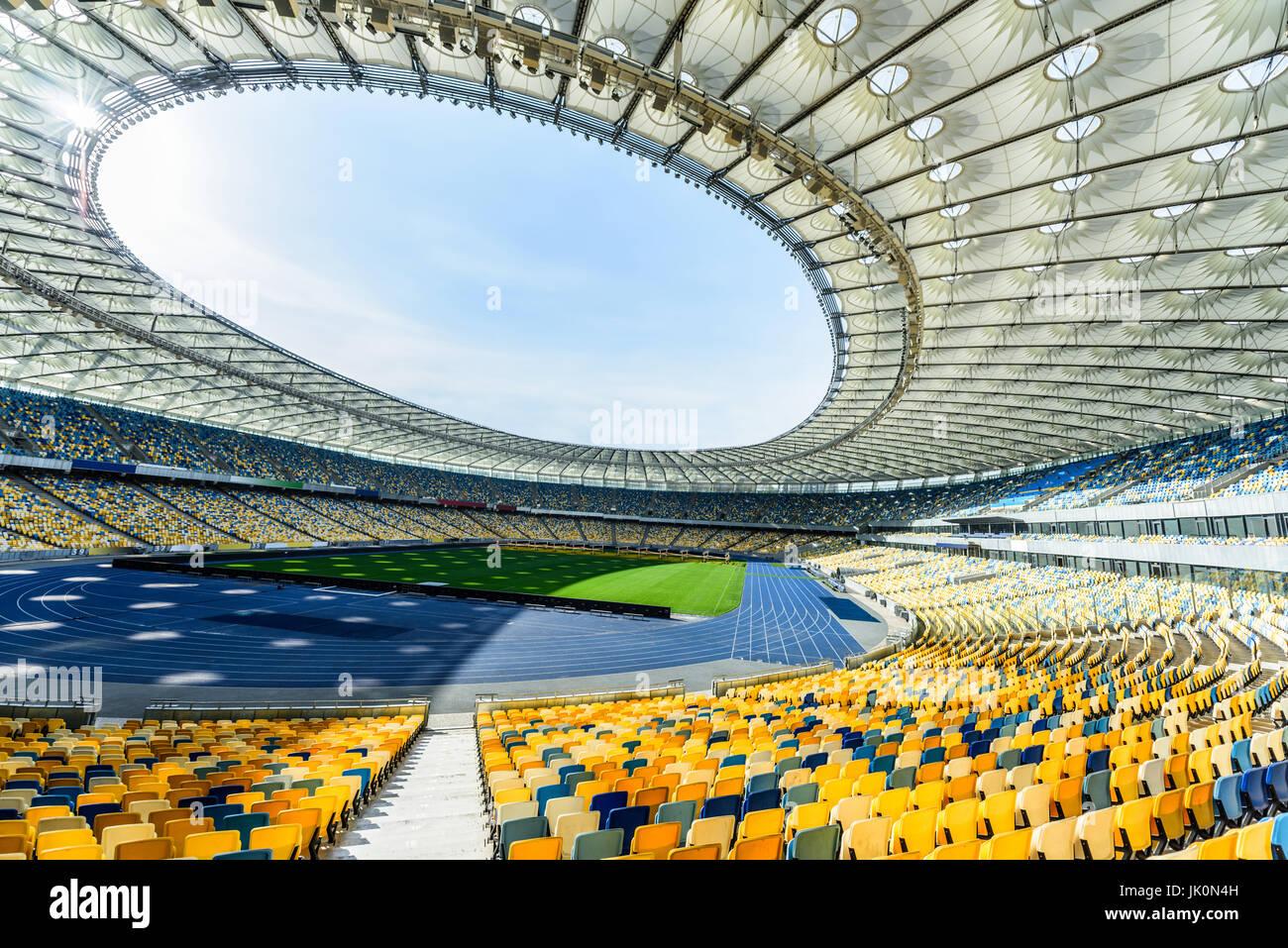 Filas de asientos del estadio amarillo y azul sobre soccer Field Stadium Imagen De Stock