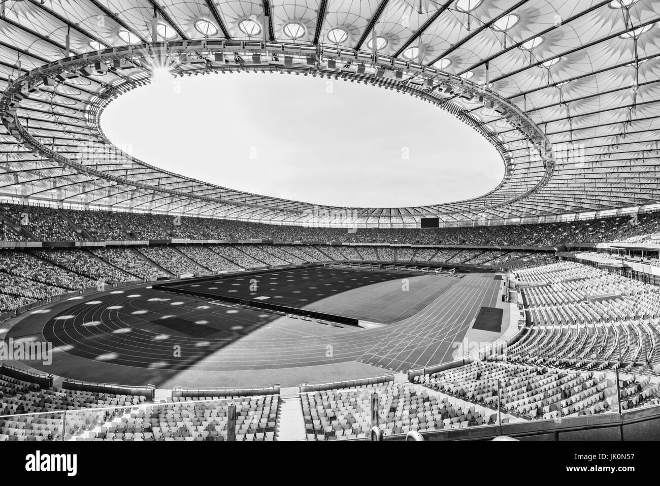 Filas de asientos del estadio amarillo y azul sobre soccer Field Stadium, en blanco y negro Imagen De Stock
