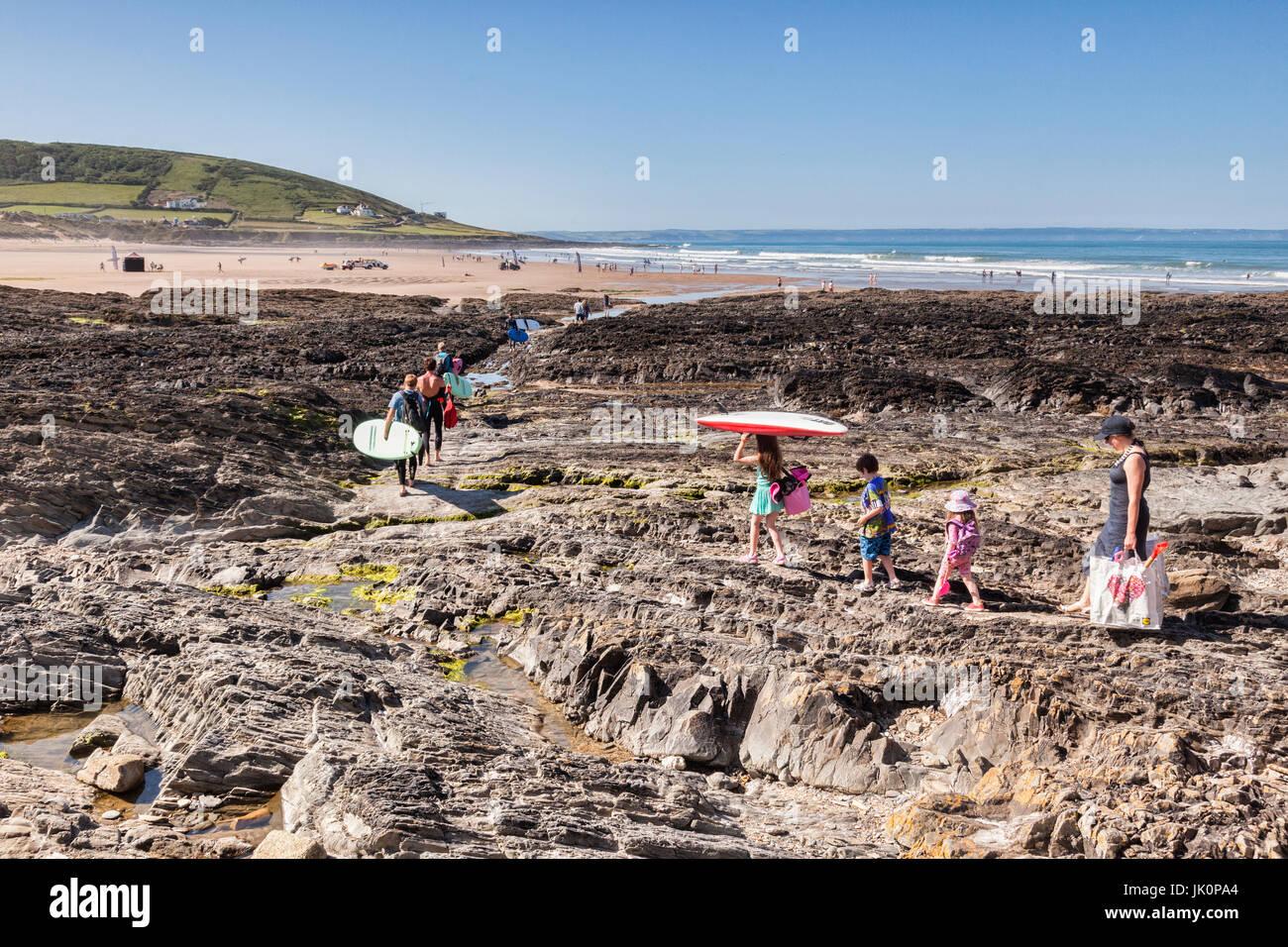 18 de junio de 2017: Croyde Bay, North Devon, Inglaterra, Reino Unido - Familias y surfers hacen su camino a la Imagen De Stock