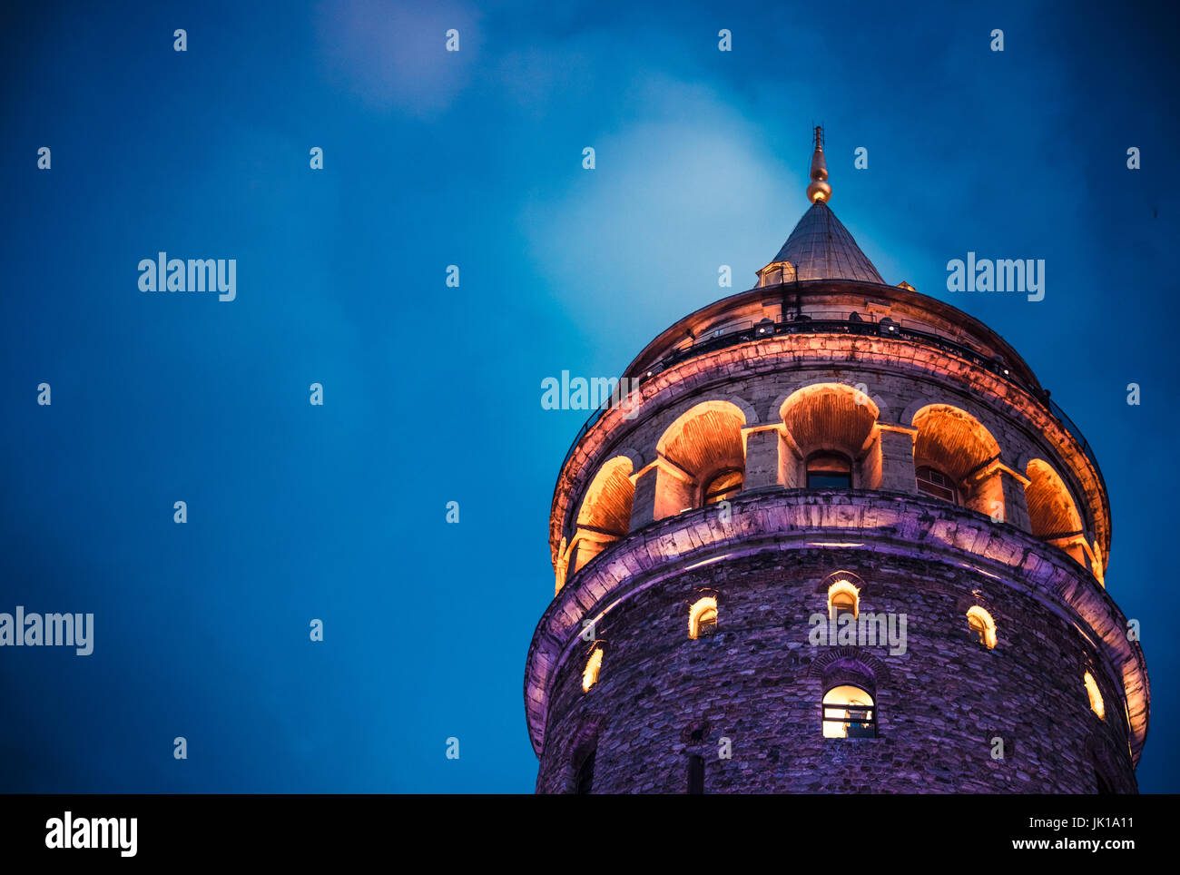 Vista nocturna de la Torre Galata(Turco: Galata Kulesi) (Galata) Kulesih Christea Turris es un famoso monumento Imagen De Stock
