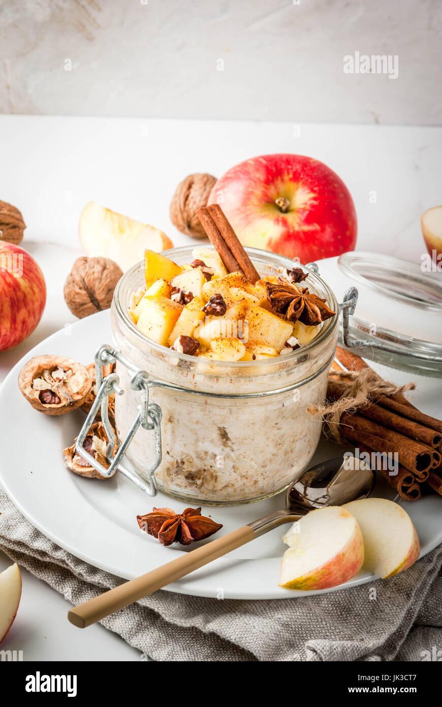 Saludable comida vegetariana. Desayuno dietético o un bocadillo. Tarta de manzana de la noche a la mañana Imagen De Stock