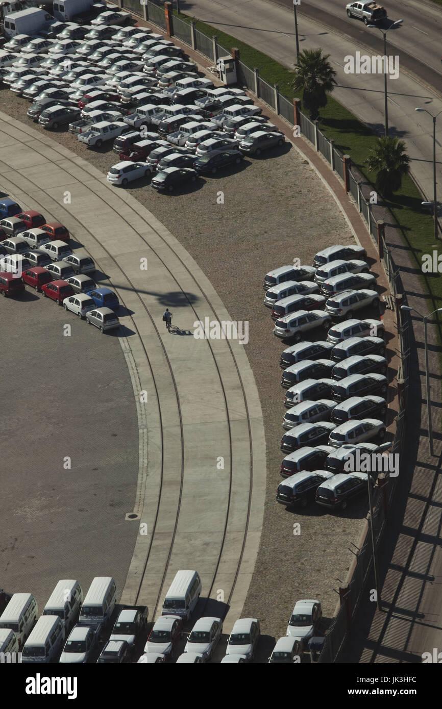 Uruguay, Montevideo, puerto vista con nuevos automóviles, antena Imagen De Stock