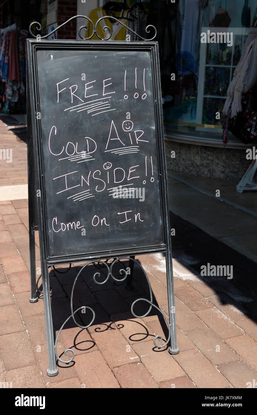 Aire frío Libre cartel atrae a turistas para entrar en el almacén para alivio del clima sofocante Imagen De Stock