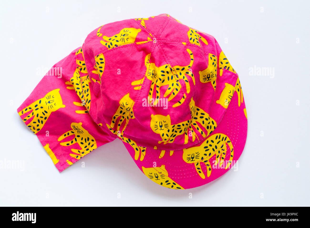 Los bebés rosa sombrero para el sol amarillo con diseño de gatos de M S  aislado sobre 61c5e0cf577