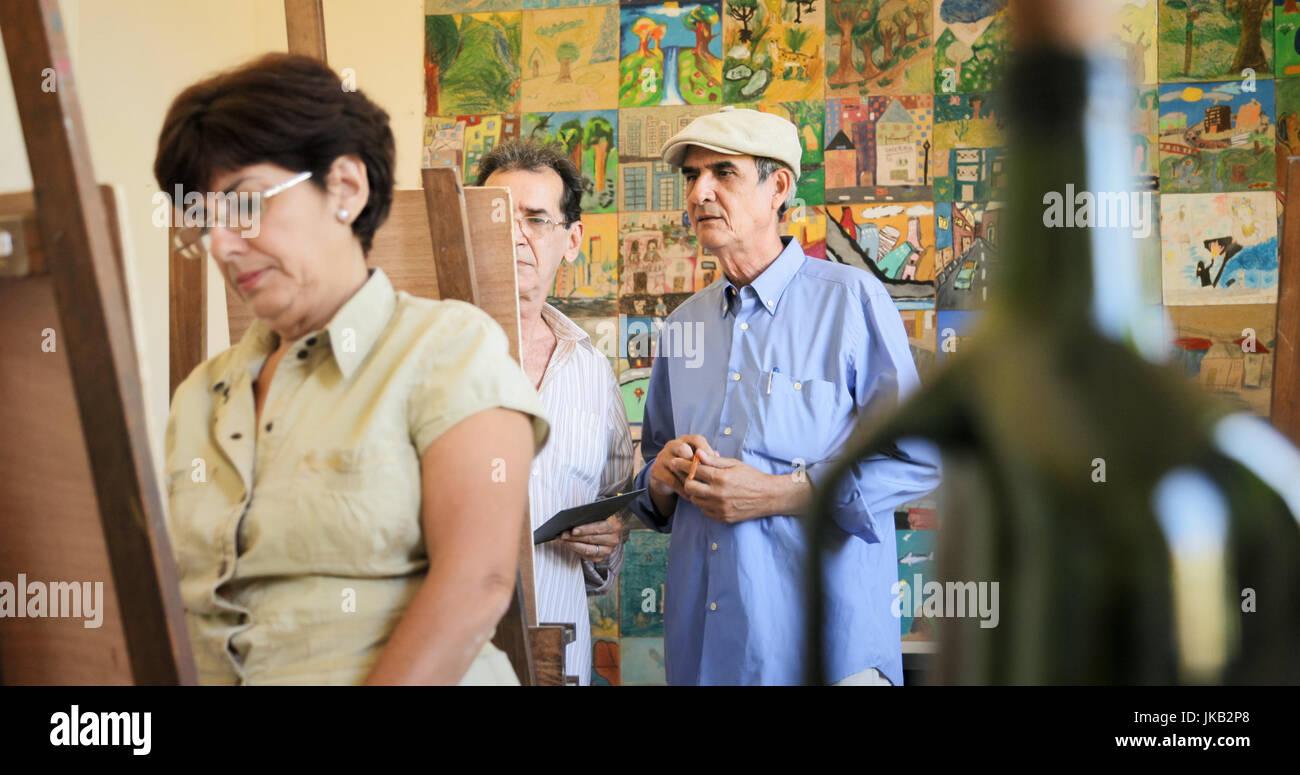 Personas mayores la pintura para la afición. Grupo de personas mayores activas en la escuela de arte. Las actividades Imagen De Stock