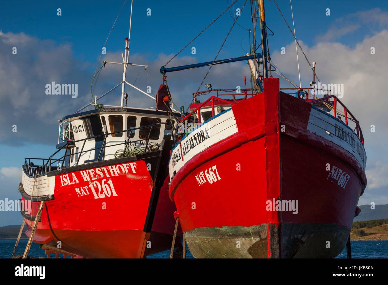 Chile, Región de Magallanes, Puerto Natales, Seno Ultima Esperanza bay, barcos de pesca Imagen De Stock