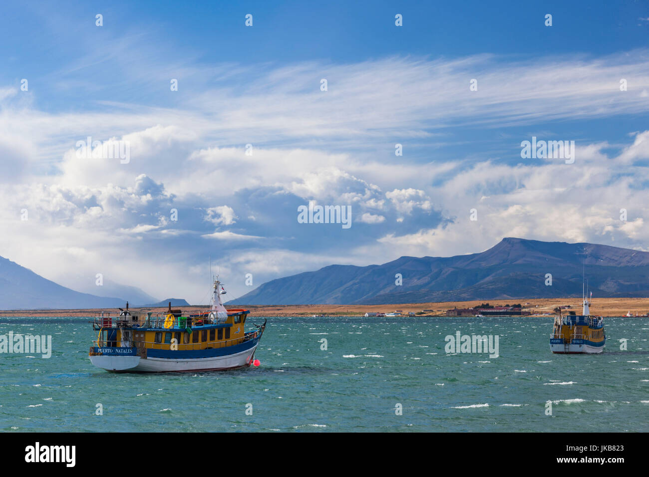 Chile, Región de Magallanes, Puerto Natales, Seno Ultima Esperanza bay, barco Imagen De Stock