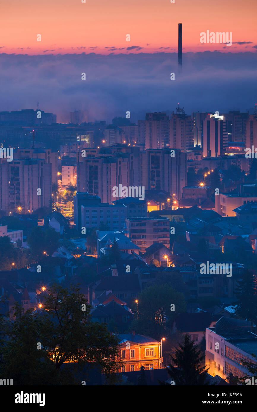 Rumania, Transilvania, Brasov, ciudad nueva y CET Brasov planta de energía térmica, dawn Imagen De Stock