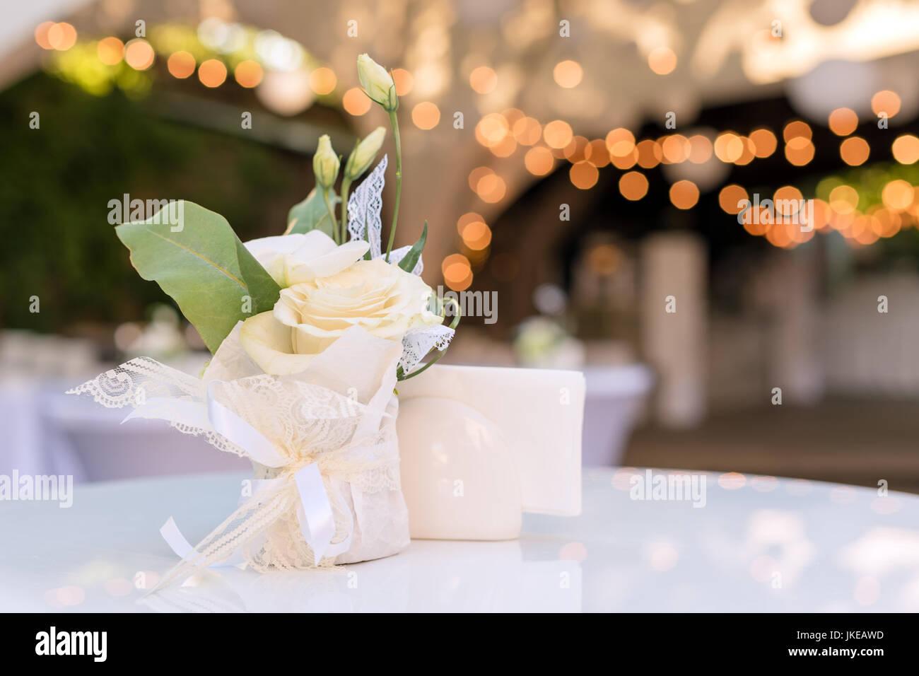 Las Flores Sobre La Mesa En El Restaurante Al Aire Libre