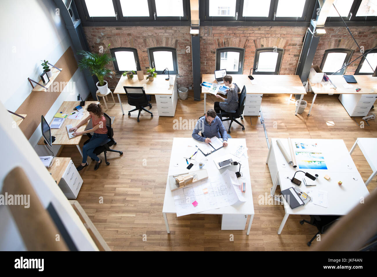 Los colegas que trabajan en la oficina moderna Imagen De Stock