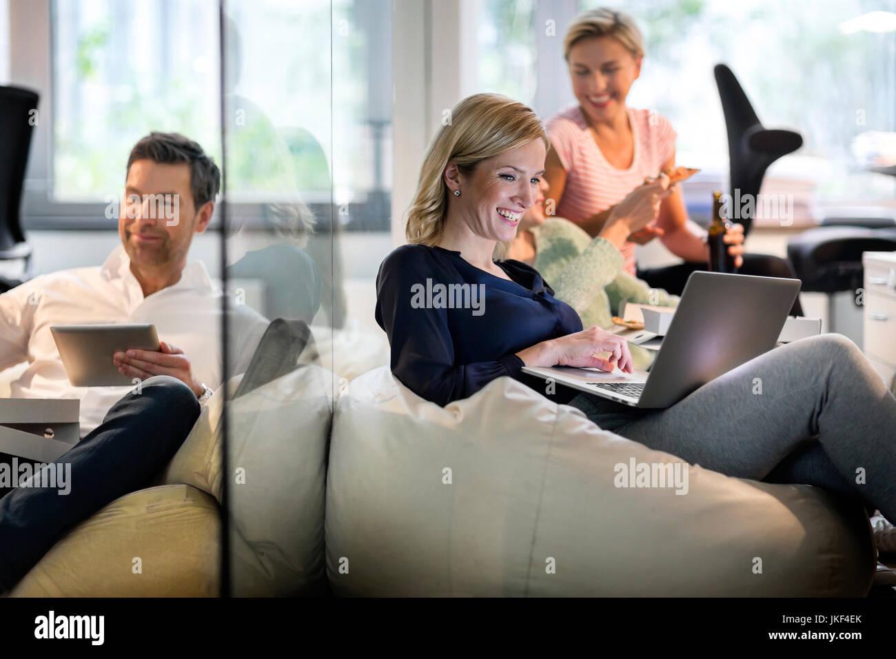 Gente de negocios informales en la oficina Imagen De Stock