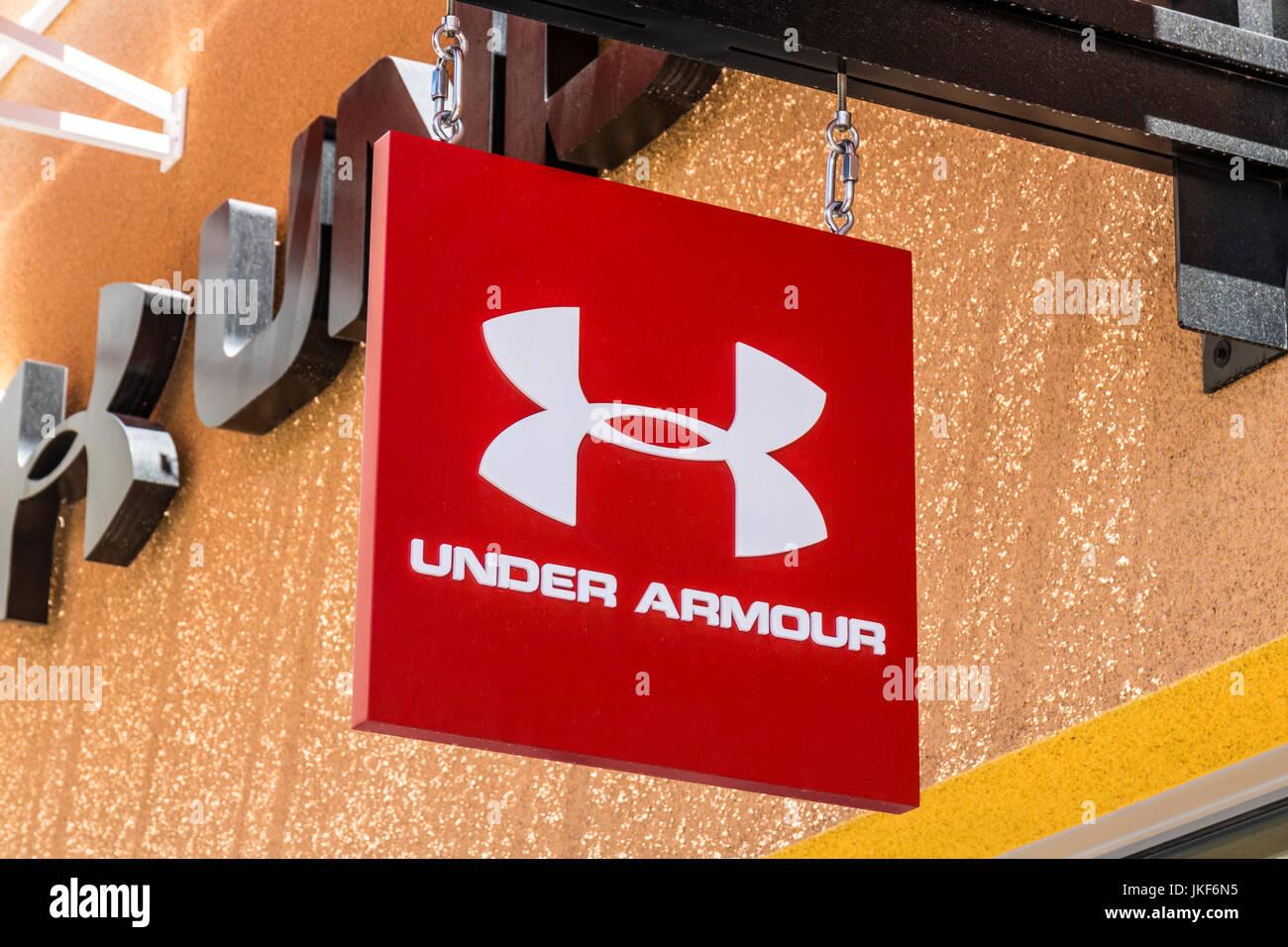 Las Vegas - Circa Julio 2017: Bajo la armadura tienda outlet. Bajo la armadura fabrica una popular línea de equipamiento deportivo, ropa I Foto de stock