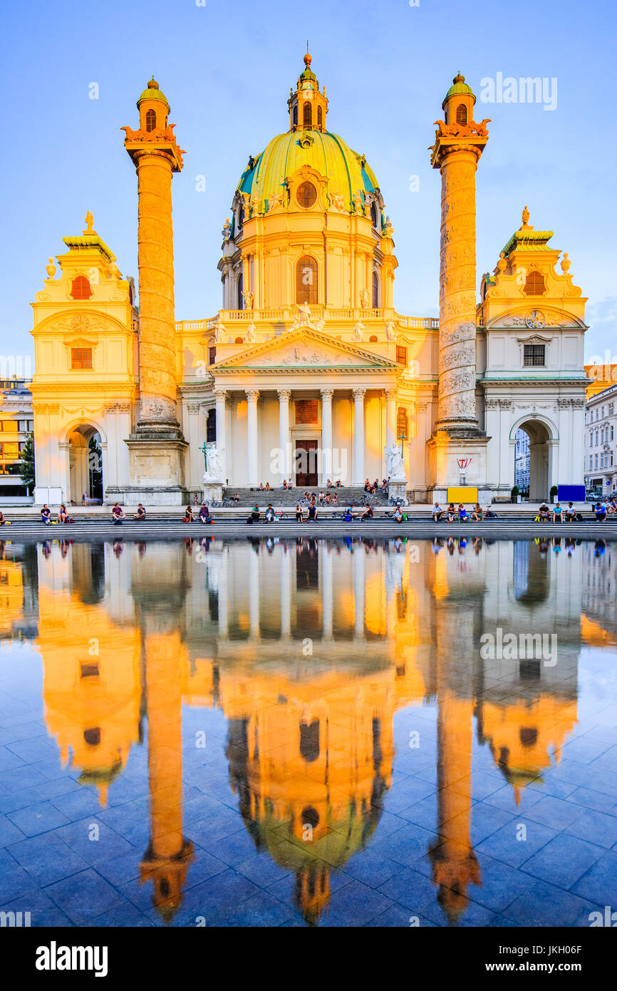 Viena, Austria. La Iglesia de San Carlos (Karlskirche) al atardecer. Imagen De Stock
