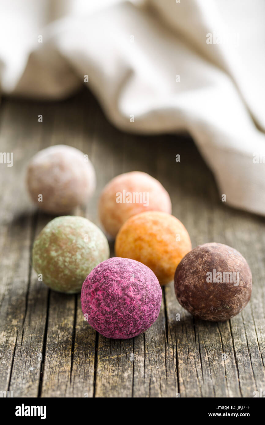 Trufa dulce bolas en mesa de madera. Imagen De Stock