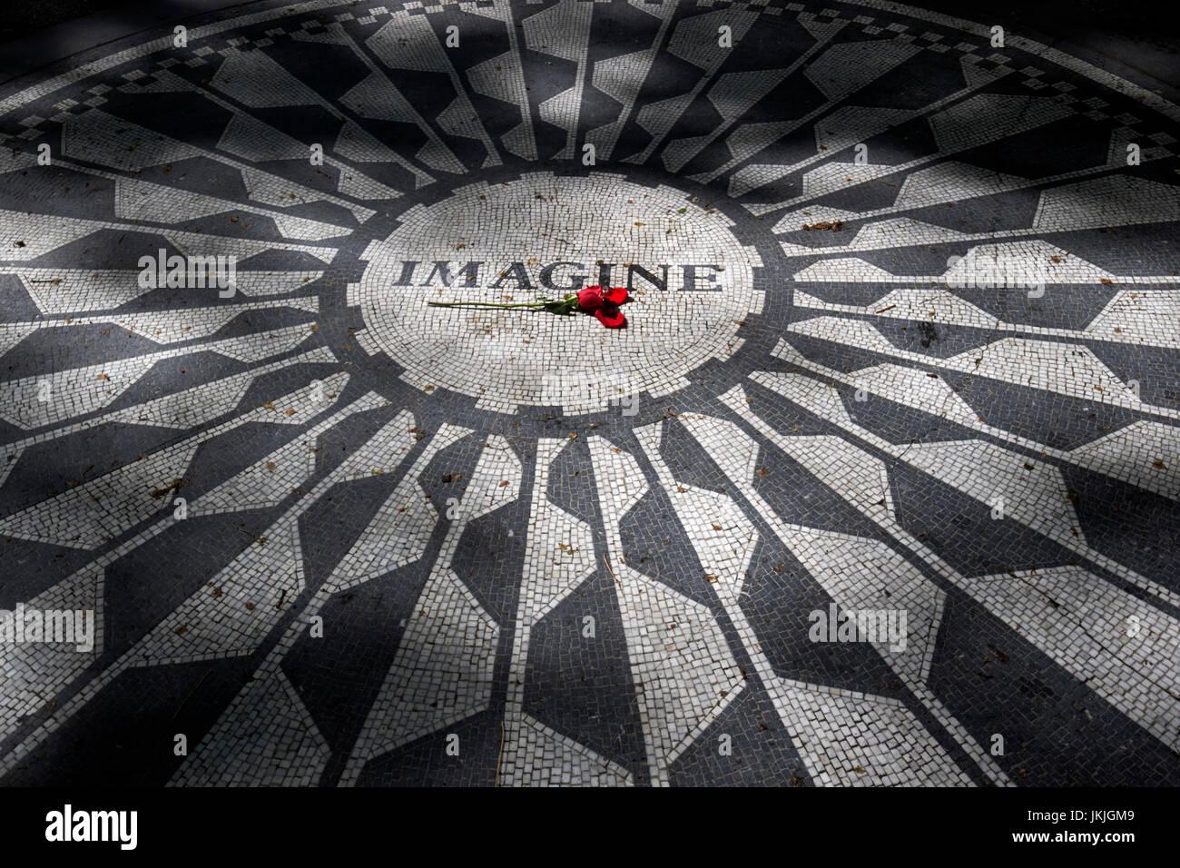 Una rosa roja sobre la imagine mosaico dedicado a John Lennon en Central Park, Nueva York, Estados Unidos Foto de stock
