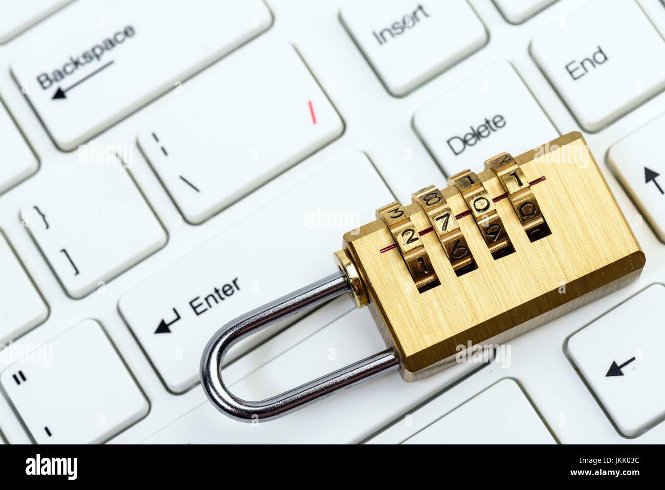 Equipo y seguridad en línea con el teclado y el candado Imagen De Stock