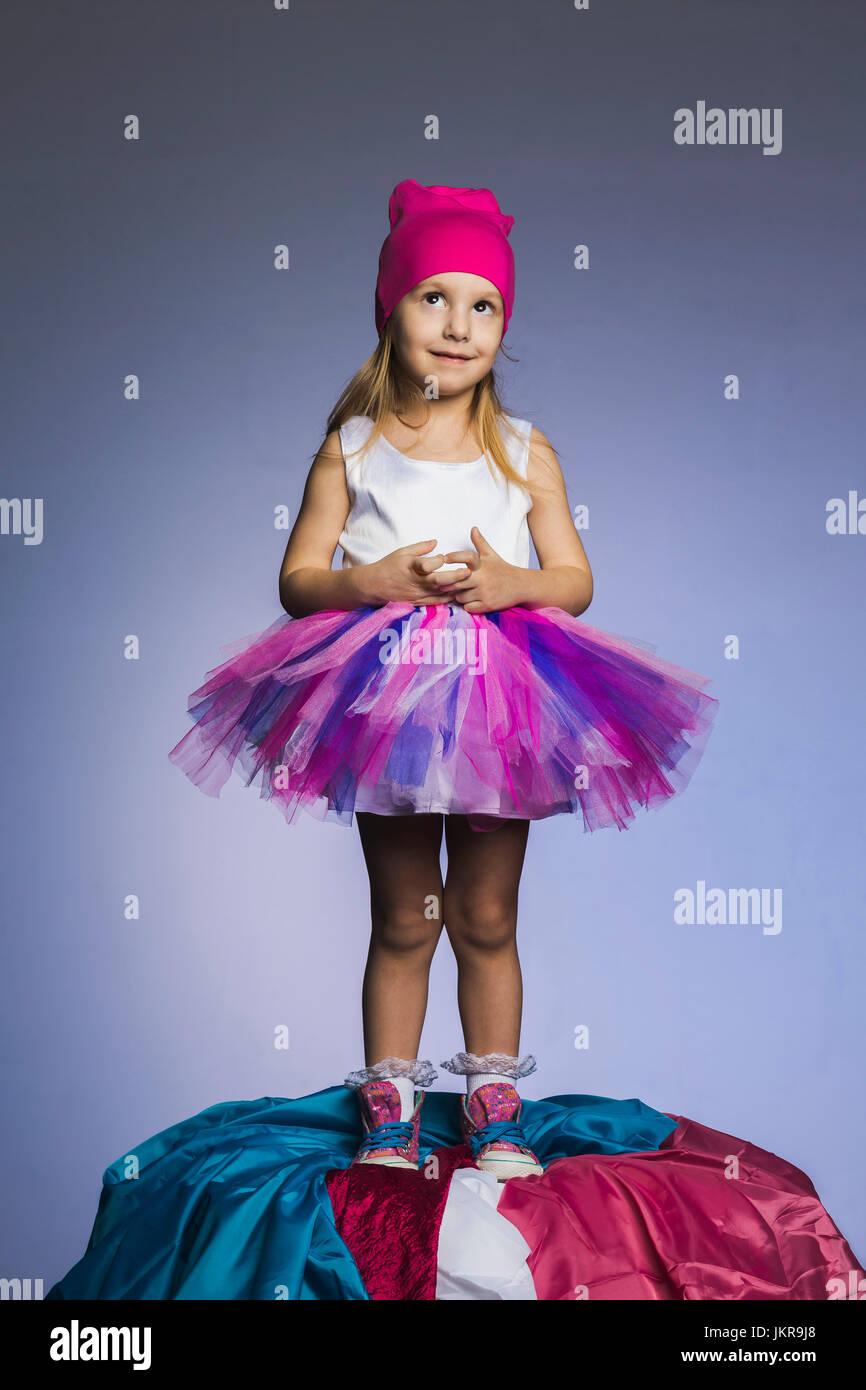 5499b39fe Linda vestida de tul y falda knit hat sobre tejidos permanente contra el  montón de fondo púrpura · fStop Images GmbH / Alamy Foto de stock