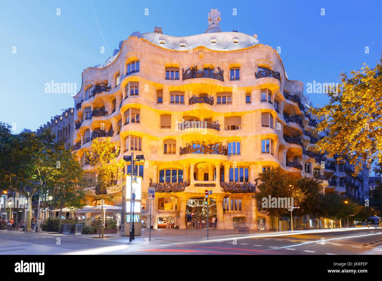 Casa Mila en la noche, Barcelona, España Imagen De Stock
