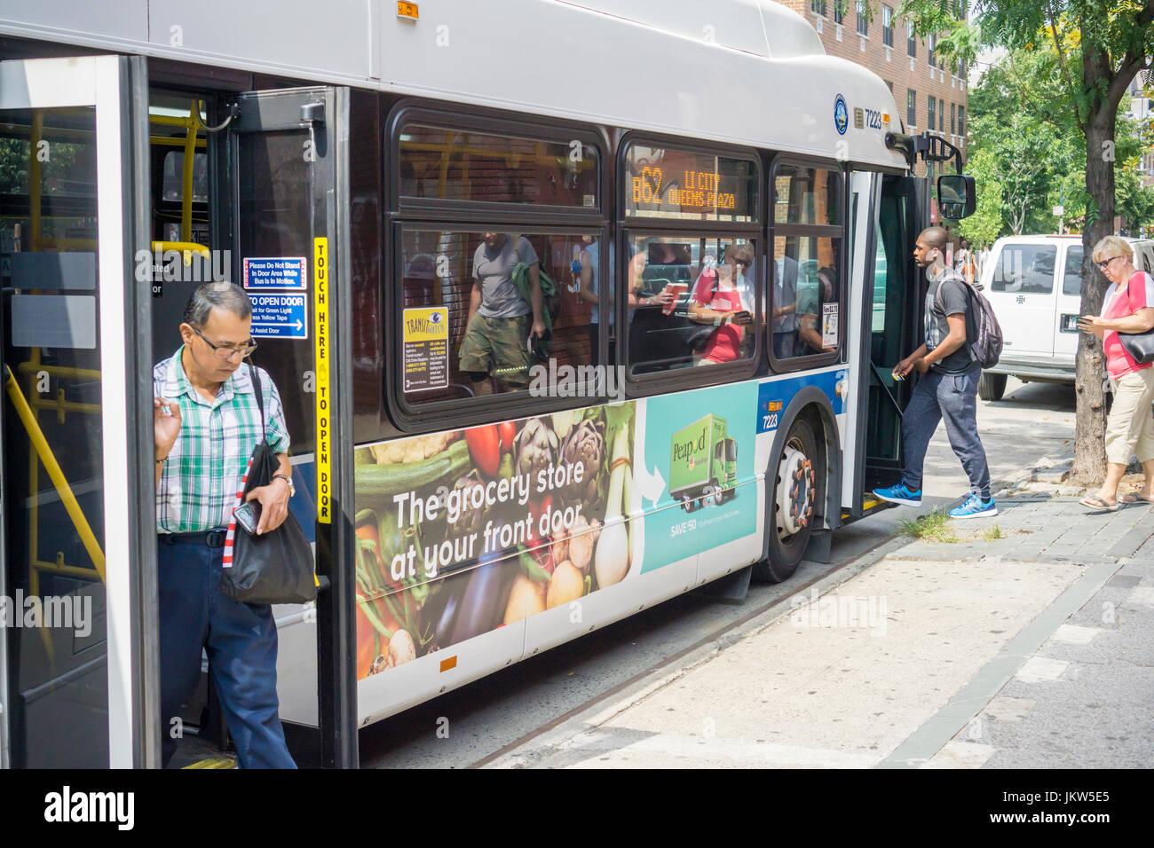 f48a7c147 Embarque de pasajeros y partirá un bus MTA en Nueva York con un anuncio  para el servicio de entrega de alimentos Peapod el sábado
