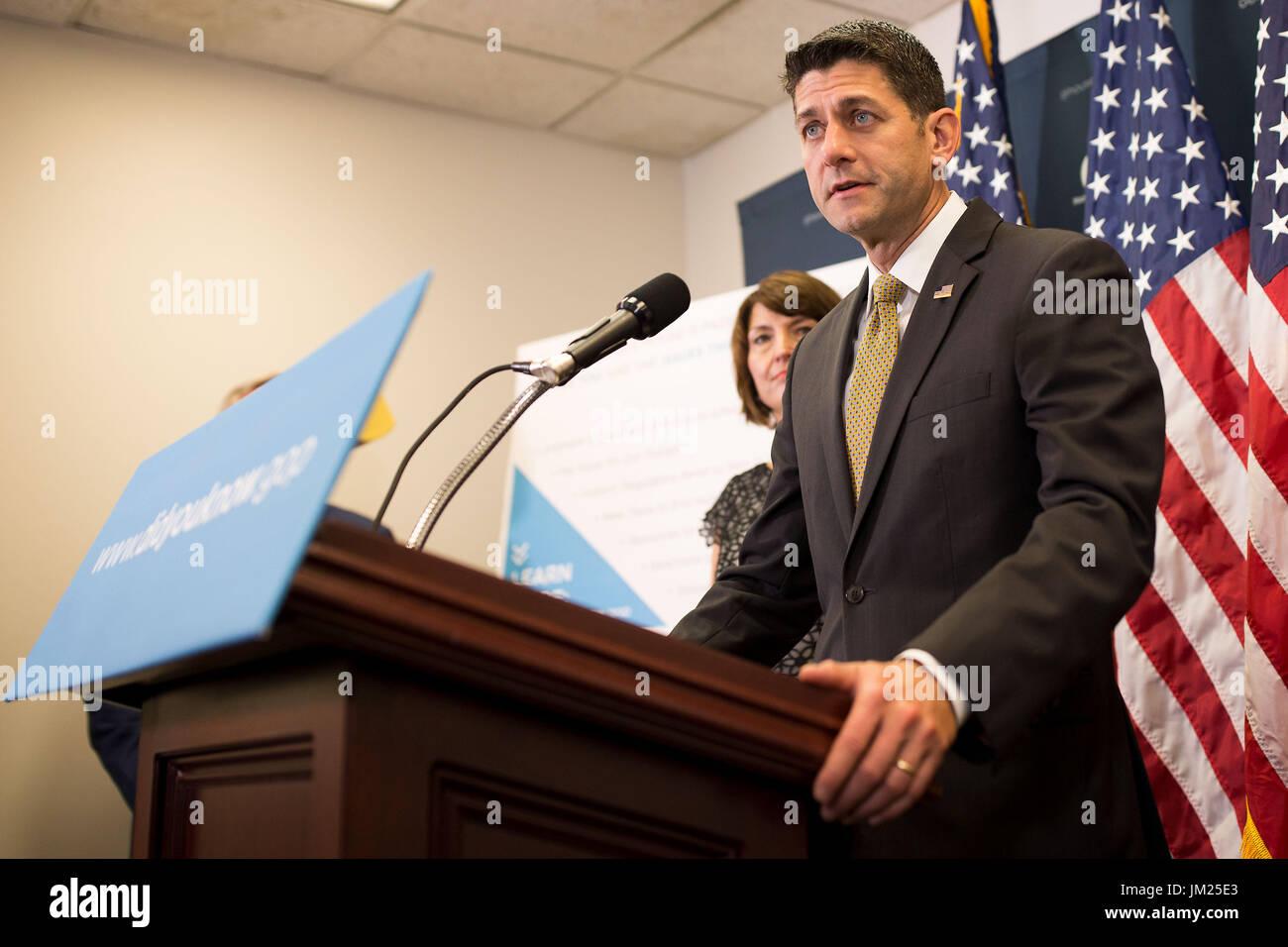 Washington, Estados Unidos. El 25 de julio de 2017. El portavoz de la Cámara de Representantes de EE.UU. Paul Ryan (delantero) habla en una conferencia de prensa en el Capitolio en Washington, DC, Estados Unidos, el 25 de julio de 2017. La Cámara de Representantes de Estados Unidos aprobó por abrumadora mayoría el martes un proyecto de ley que golpeará endurecer las sanciones en Rusia, Irán y la República Popular Democrática de Corea (RPDC). Crédito: Shen Ting/Xinhua/Alamy Live News Imagen De Stock