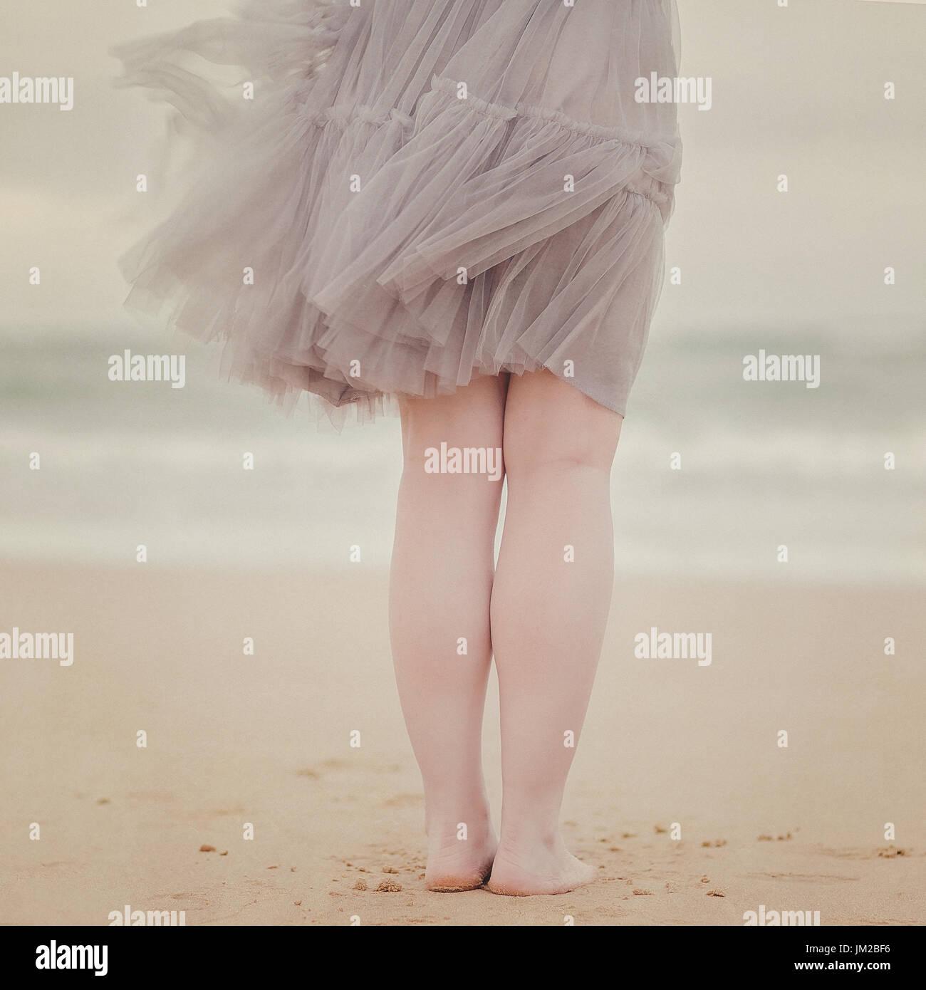 65e75fbfd Hembra con falda de tul de pie en la playa · Teresa Risco / Alamy Foto de  stock