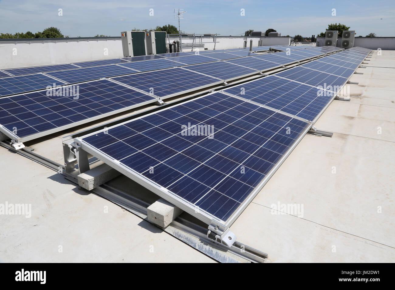 Los paneles solares fotovoltaicos en el techo plano de una nueva escuela primaria en Essex, Reino Unido Imagen De Stock