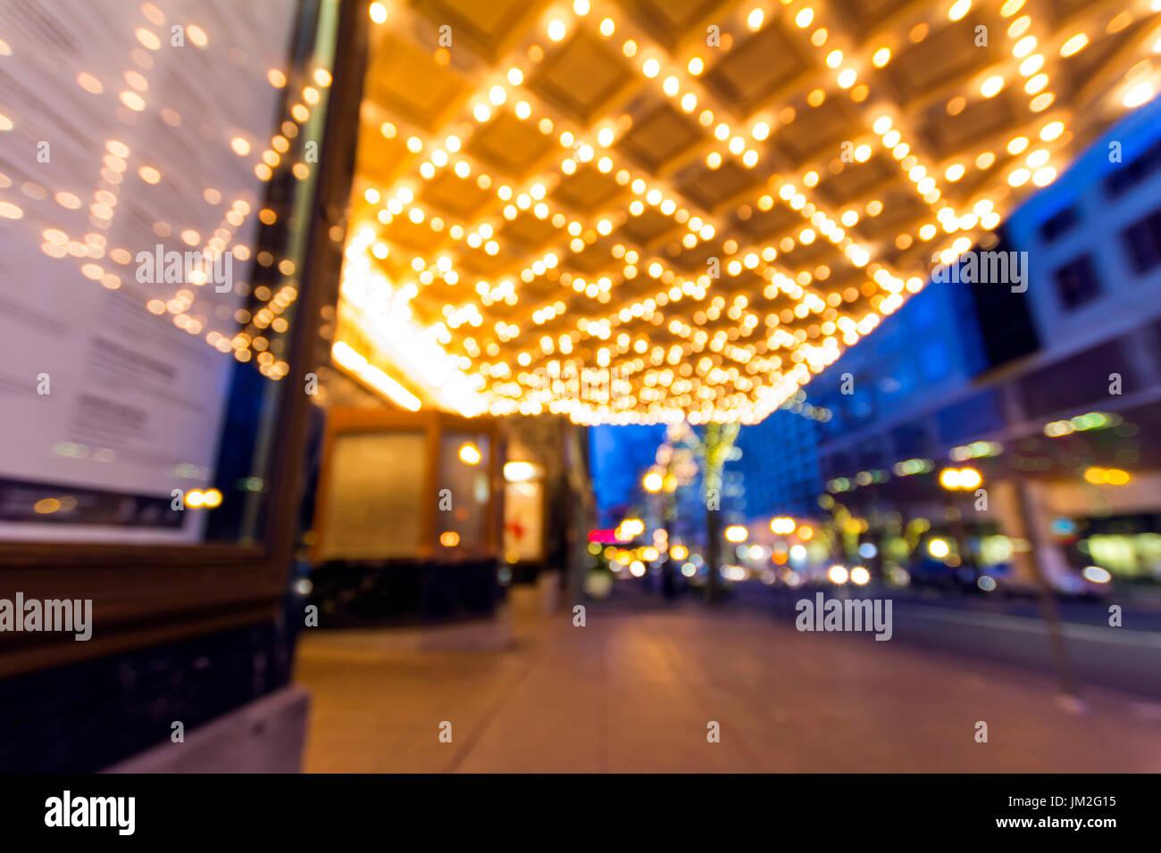 El centro de Portland, Oregón, en el distrito de compras y entretenimiento de la tarde Hora Azul con marquesina y semáforos Bokeh de fondo borroso Foto de stock