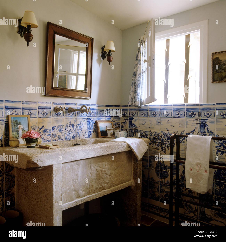 Cuarto de baño de estilo rústico Foto & Imagen De Stock ...