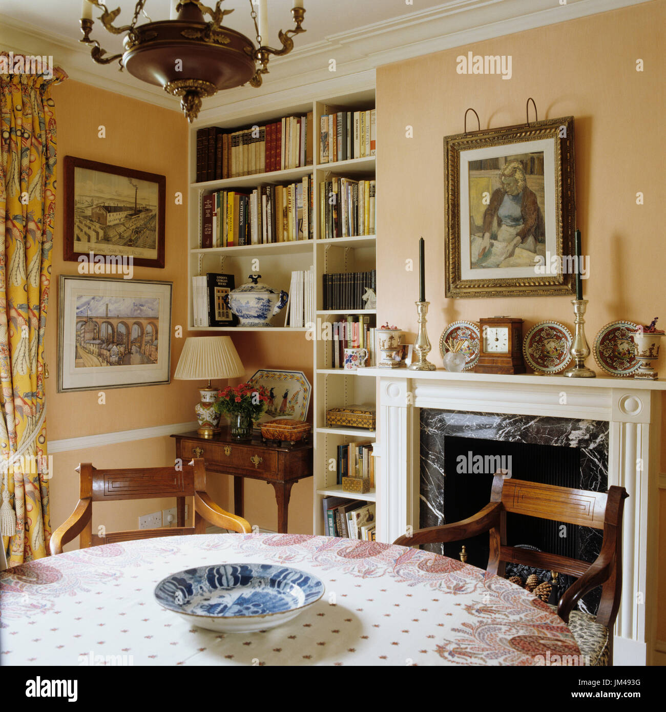 Mesa de comedor con chimenea Foto & Imagen De Stock: 150071028 - Alamy