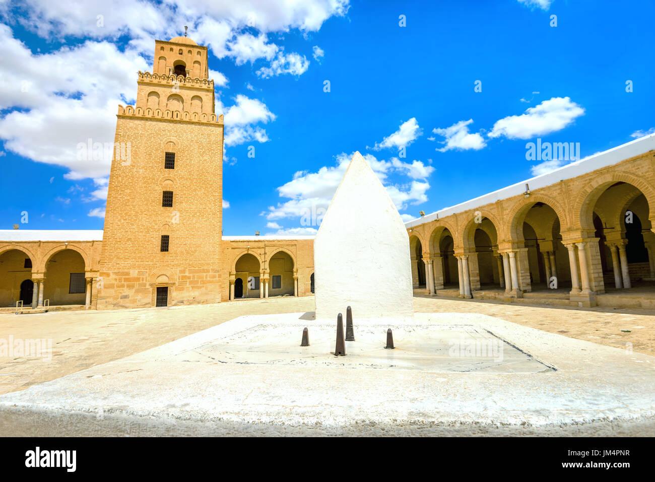 La antigua Gran Mezquita y el Sundial en Kairouan. Túnez, Norte de África Foto de stock