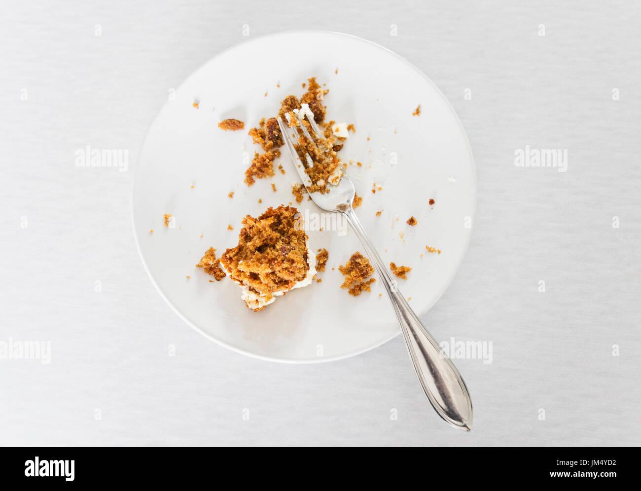 La mitad come pastel sobre placa blanca con horquilla. Imagen De Stock