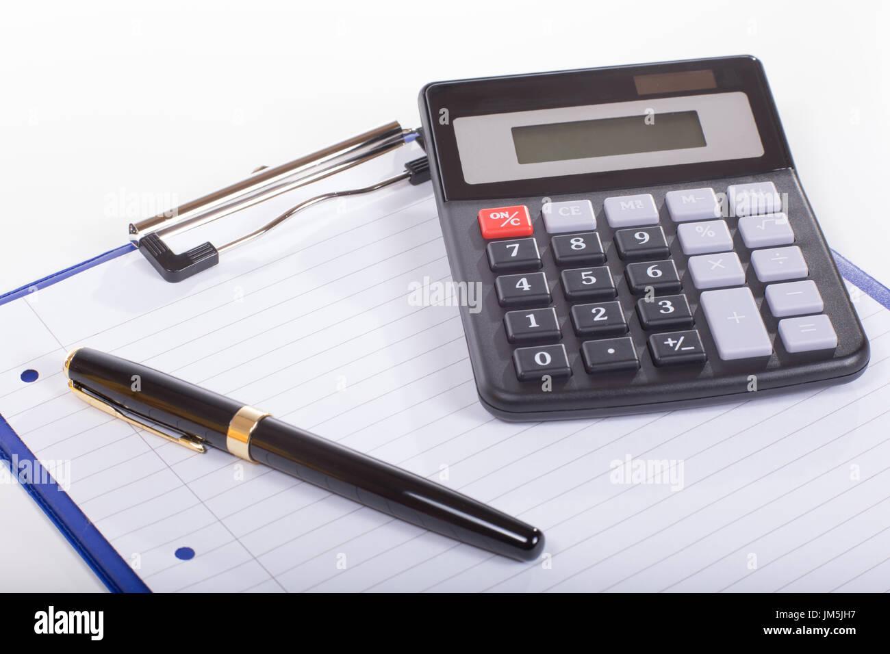 Concepto de contabilidad con calculadora y lápiz por limpiar la hoja ...